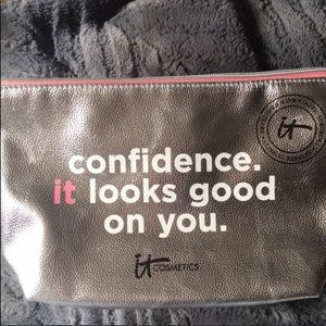 "NEW IT Cosmetics ""Confidence"" Cosmetic Bag"